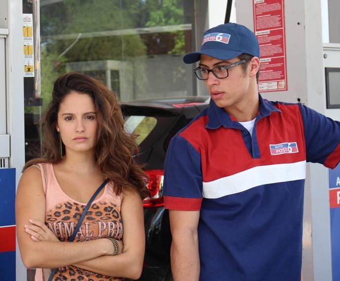 Nanda e Filipe discutem no posto (Foto: Bruno Cavalieri/Gshow)