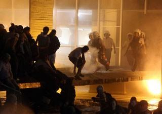 PMs usam extintor de incêndio contra manifestantes no Itamaraty (Foto: André Dusek/ Estadão Conteúdo)
