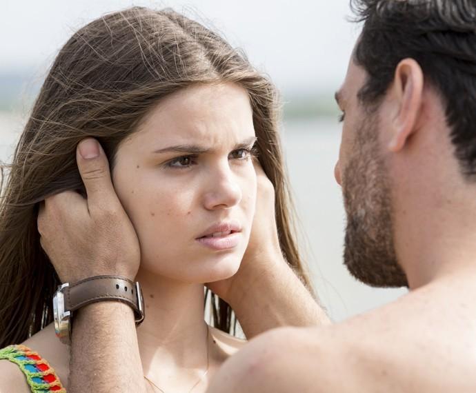 Angel escuta atentamente ao que Alex diz (Foto: Felipe Monteiro/ Gshow)