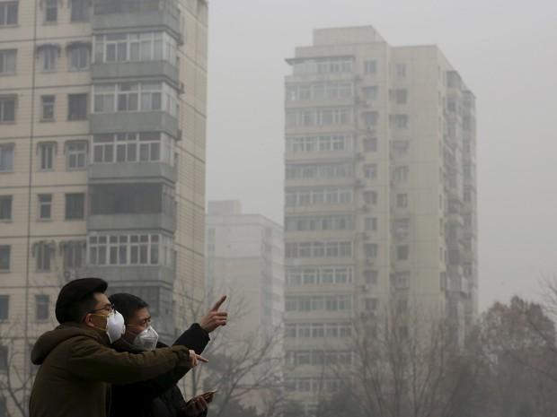Pessoas usam mácaras contra poluição em Pequim nesta sexta-feira(25) (Foto: Kim Kyung-Hoon/Reuters)