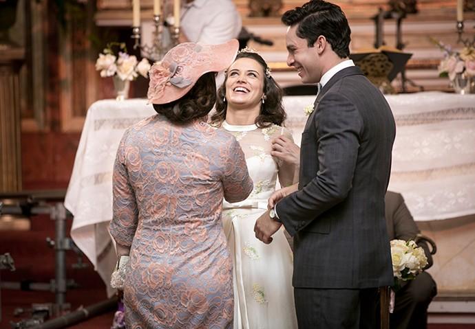 Eliane Giardini, Bianca Bin e Rainer Cadete conversam no altar (Foto: Isabella Pinheiro/Gshow)