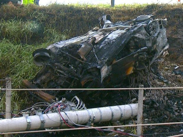 Carro pega fogo após acidente , mata um e deixa 4 feridos em Campinas (Foto: Vaner de Souza/EPTV)