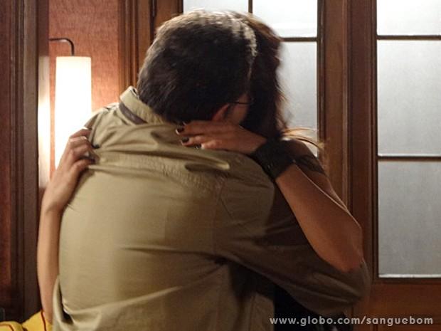 Wilson não resiste e dá beijão na ex-namorada (Foto: Sangue Bom/TV Globo)