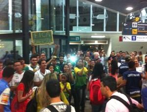 Torcida do Cuiabá recepciona o time (Foto: Assessoria/Cuiabá Esporte Clube)