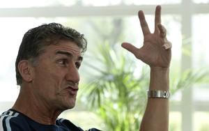 Bauza na entrevista para a AFP na sede da seleção argentina (Foto: Juan MABROMATA / AFP)