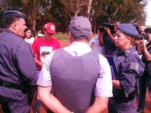Polícia negocia reintegração de posse com representantes do MST em Serrana (Foto: Vinícius Alves/EPTV)