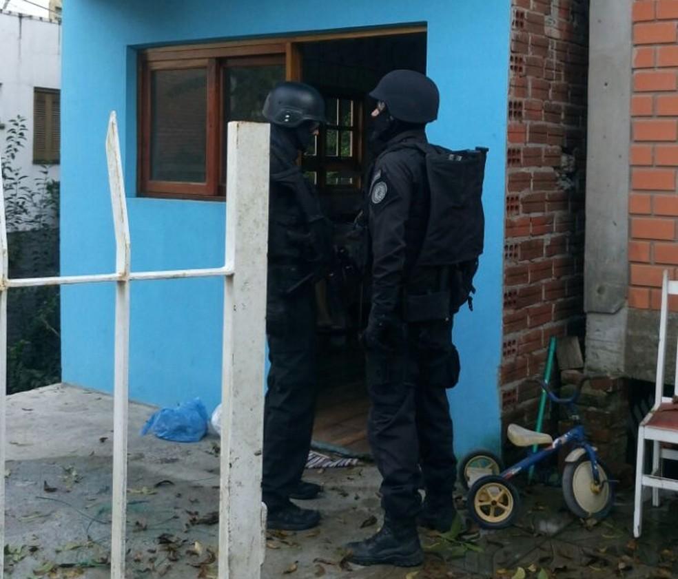 Policiais durante cumprimento dos mandados na casa de suspeita em Montenegro (Foto: Jonas Campos/RBS TV)
