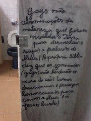 Pichação banheiros UFV  (Foto: Reprodução / Facebook)