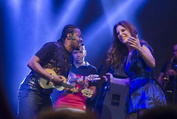 Grupo Revelação e Ivete Sangalo (Foto: Mariana Oliver / Divulgação)