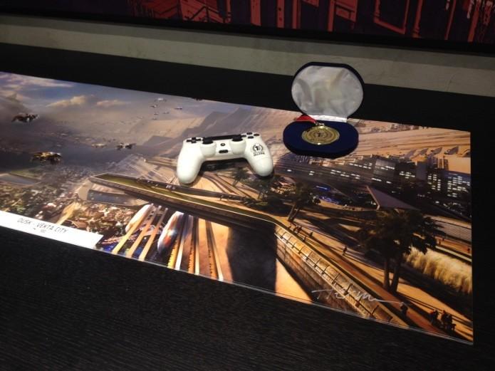 Dual Shock 4 branco em cima de pôster autografado de Killzone: Shadow Fall. (Foto: Reprodução/ Twitter)
