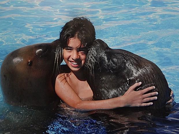 As focas deram muitos beijos em Matheus Costa dentro da piscina (Foto: Arquivo Pessoal)