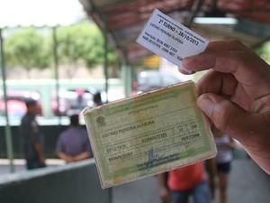 Eleitor exibe título e comprovante de votação em Manaus