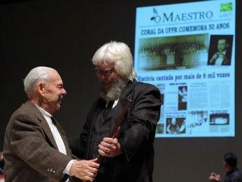 Mario Garau (à esquerda) com o atual maestro do Coral da UFPR, Álvaro Nadolny  (Foto: Assessoria de Comunicação da UFPR / Divulgação)