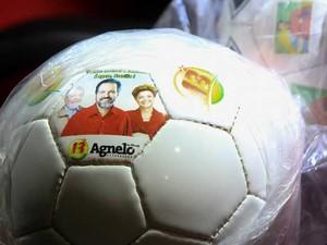 Bolas com fotos do Governador Agnelo Queiroz, Presidenta Dilma e ex-Presidente Lula, todos do PT, são vistas em coletiva de Jérôme Valcke, da FIFA, no estadio Mané Garrincha na manhã de hoje (17/02). (Foto: Joel Rodrigues/Frame/Estadão Conteúdo)