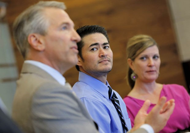 No dia 2 de abril, Thomas Beatie e sua atual namorada, Amber Nicholas, se reuniram com seu advogado em Phoenix (Foto: Matt York/AP)