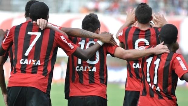Jogadores do Atlético-PR comemoram gol (Foto: Gustavo Oliveira/Site oficial do Atlético-PR)