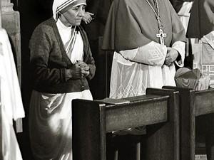 O cardeal Joseph Ratzinger ao lado de Madre Teresa de Calcutá, durante missa em Freiburg, na Alemanha, em 1978 (Foto: AP/KNA)