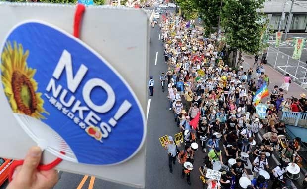 Manifestantes em Tóquio neste domingo (29) (Foto: AFP)