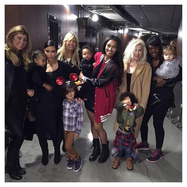 Kim Kardashian com a filha, sobrinhos e amigos (Foto: Instagram/ Reprodução)