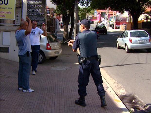 Guarda Municipal aborda vigilantes após confusão na região central em Campinas (Foto: Reprodução / EPTV)