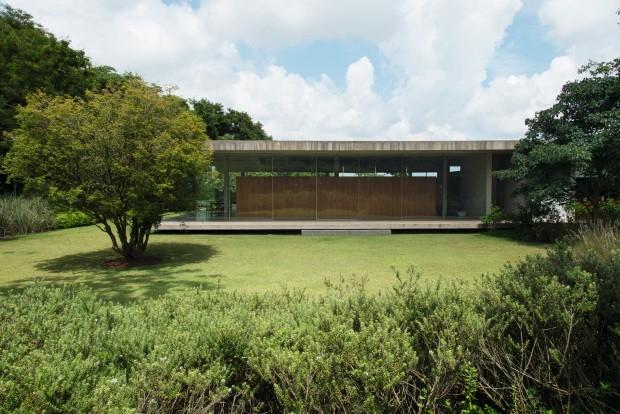 Fundos O projeto de arquitetura é assinado pelo StudioMK27. Do lado direito da casa, jabuticabeira; do esquerdo, mirindiba. Em primeiro plano, alecrim-australiano (Foto: Cacá Bratke / Editora Globo)