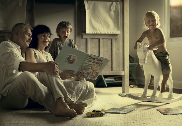 Os quatro leem e brincam, aproveitando os raros e tão valiosos momentos juntos. (Foto: Ivette Ivens)