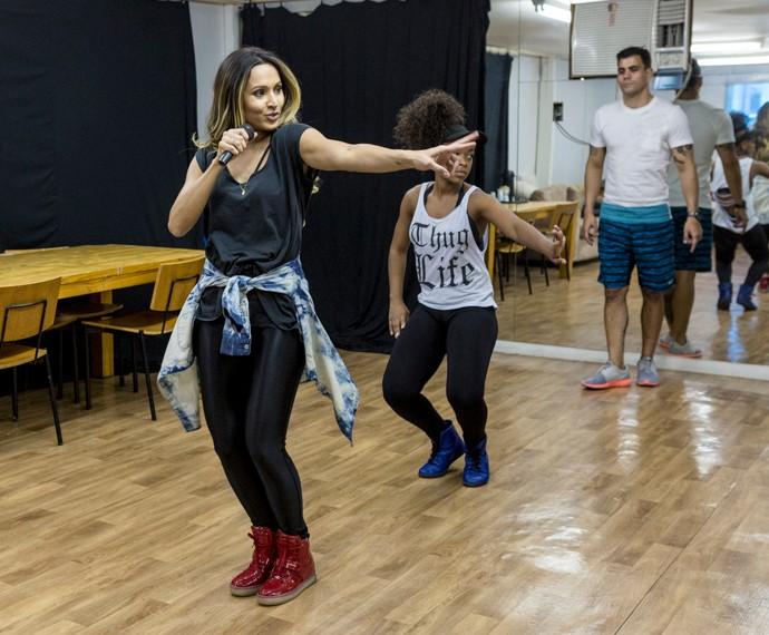 Thaíssa e Dandan ensaiam a coreografia, enquanto Juliano observa as duas (Foto: Ellen Soares /Gshow)