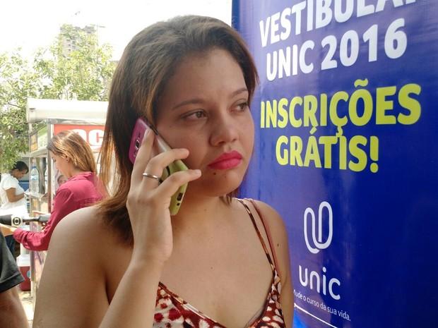 Júlia Prado chorou após ficar do lado de fora (Foto: Lislaine dos Anjos/ G1)