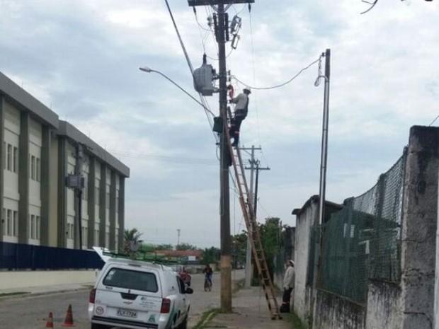 Funcionários da Elektro trabalham na rede elétrica em Peruíbe (Foto: Luiz Pinheiro/Arquivo Pessoal)