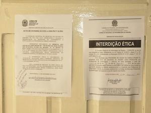 Auto de interdição ética do CRM, foi fixado em uma das portas da UBSF Roger III em João Pessoa  (Foto: Alberi Pontes)