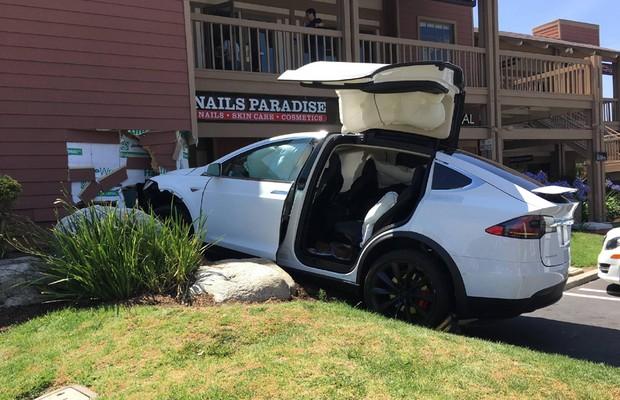 Dono de Tesla Model X diz que veículo acelerou sozinho (Foto: Reprodução)