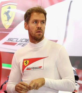 Sebastian Vettel nos boxes da Ferrari durante o GP do México (Foto: Getty Images)