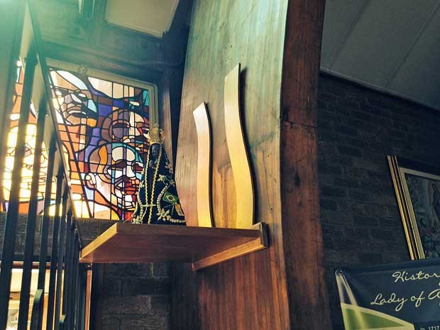 Igreja tem uma imagem de Nossa Senhora. (Foto: Giovana Sanchez / G1)