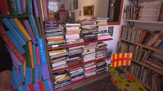 Biblioteca comunitária de Lavras Novas funciona na casa de moradora