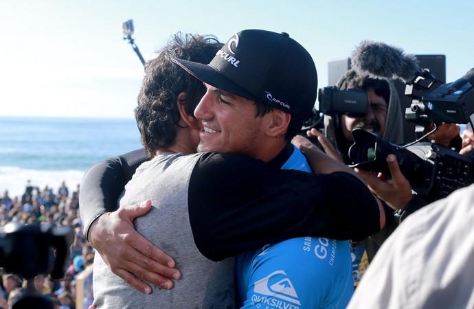 Charles Saldanha abraça Gabriel Medina após título na etapa de Hossegor, na França (Foto: Pedro Burckauser / People on Tour)