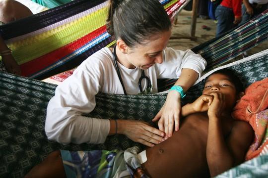 A pediatra Leticia Sewaybricker atende Kiko, de 7 anos (Foto: Rogério Cassimiro/ÉPOCA)