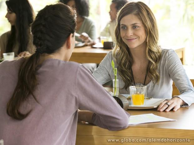 Para livrar Marlon da saia justa, Tereza convida Paulinha para sua mesa (Foto: Felipe Monteiro/TV Globo)