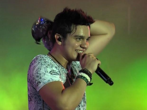 Durante o show, Luan Santana pegou um sutiã arremessado por uma fã (Foto: Rede Globo/Reprodução)