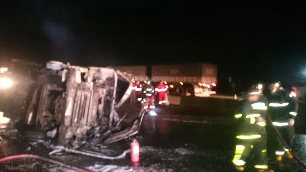 Caminhão carregado de soja tombou e pegou fogo na BR-277 (Foto: Divulgação/PRF)