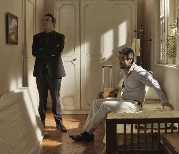 Agilson e Leozinho descobrem que vão dividir um quarto (Foto: TV Globo)