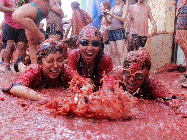 Jovens participam da Tomatina em Buñol, na Espanha, na quarta (26) (Foto: Reuters/Heino Kalis)