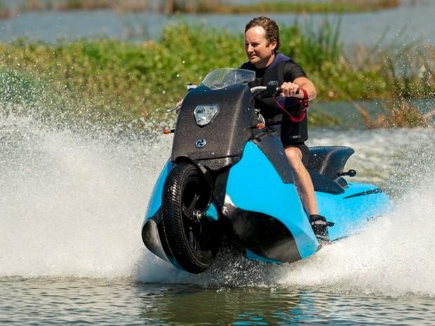 Moto anfíbia Biski faz passeio por lago (Foto: Divulgação)