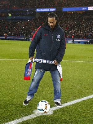 Ronaldinho Gaúcho, pontapé inicial PSG x Monaco (Foto: Twitter / @PSG_inside)