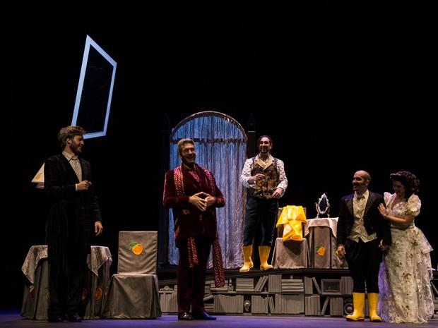 """Atores ensenando o espetáculo """"O Barbeiro de Sevilha""""  (Foto: Sylvia Masini)"""