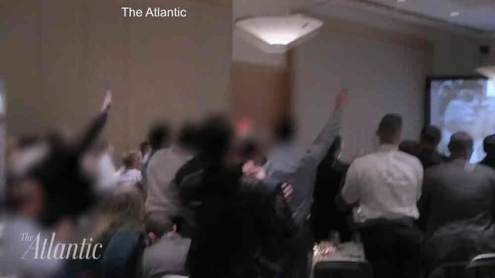 No vídeo filmado pela revista The Atlantic, membros do grupo de extrema-direita alt-right aparecem com o braço estendido gritando 'Viva Trump, viva o nosso povo, viva a vitória'  (Foto: Reprodução/ YouTube/ The Atlantic)