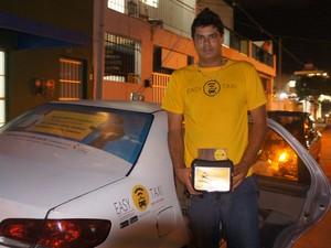 O taxista Robert Wagner, 28, é totalmente adpeto ao aplicativo e diz que facilita o trabalho (Foto: Paula Nunes/G1)