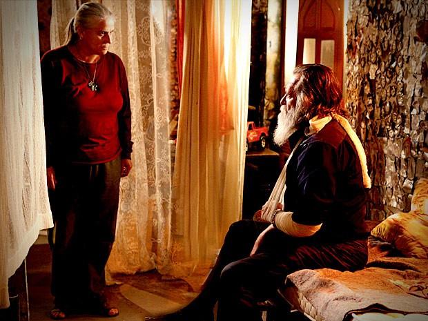 Nilo abre o jogo para Lucinda e avisa que Nina corre perigo (Foto: Avenida Brasil / TVGlobo)