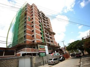 Edifício onde acidente aconteceu fica na Jatiúca.  (Foto: Jonathan Lins/G1)