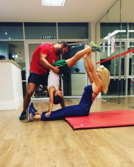 Flávia Alessandra faz exercícios com ajuda da filha