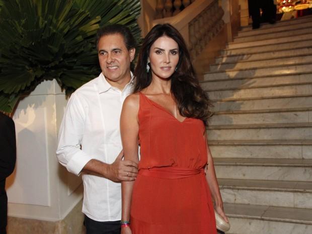 Lisandra Souto e noivo, Gustavo Fernandes, em festa na Zona Sul do Rio (Foto: Thyago Andrade e Marcos Ferreira/ Brazil News)